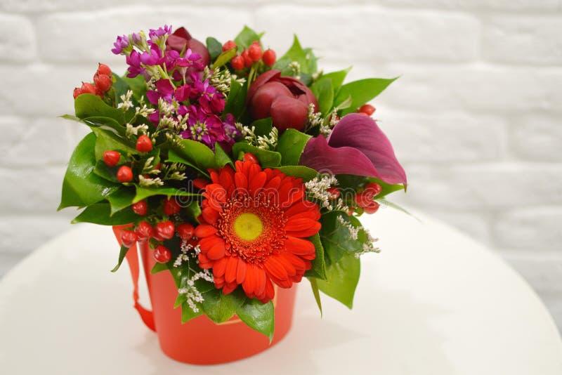 Mooi boeket van kleurrijke bloemen op een witte dichte achtergrond royalty-vrije stock foto