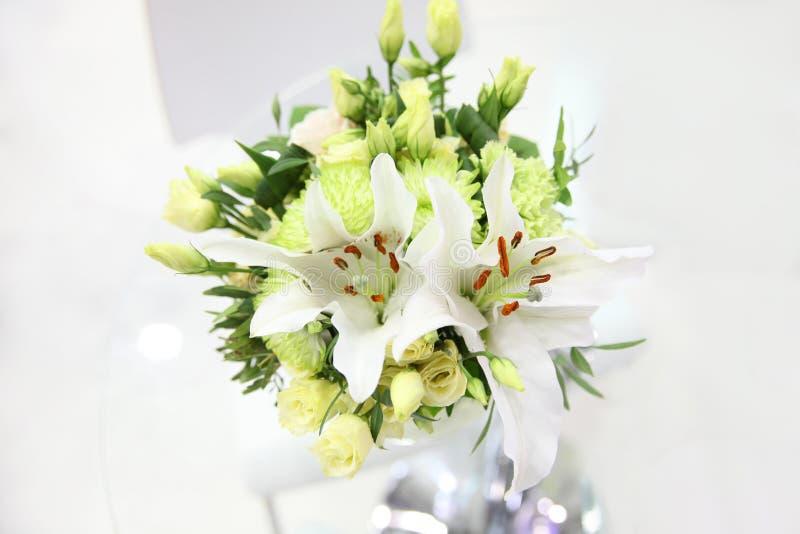 Mooi boeket van lichtgroene eustoma, chrysant en whit stock afbeeldingen