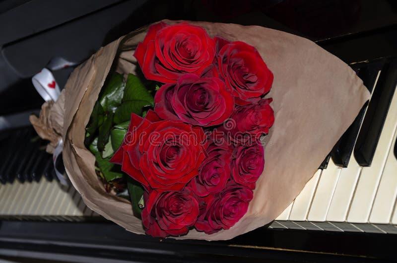 Mooi boeket van rode rozen stock fotografie