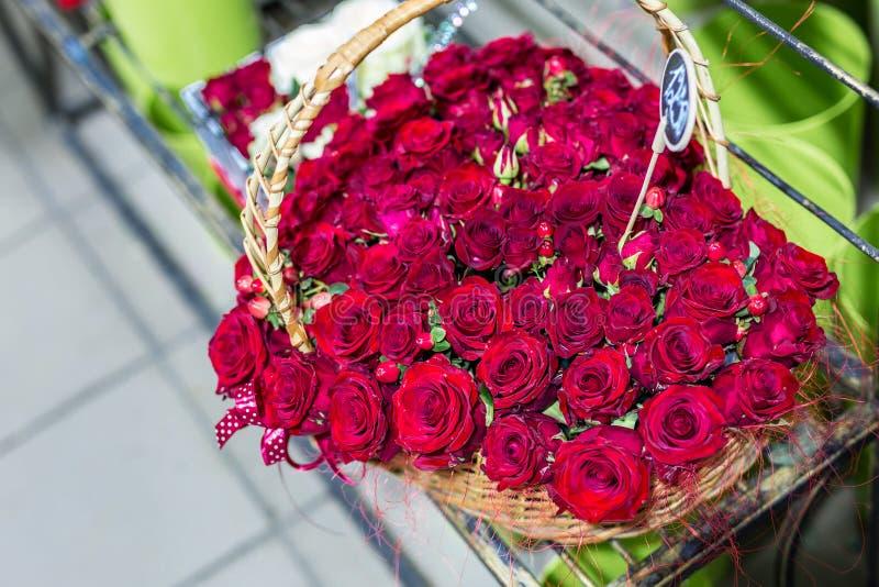 Mooi boeket van rode rozen iin vorm van Hart Bloemen in rieten mand Bloemmarkt of winkel Het concept van de bloemistdienst wed royalty-vrije stock afbeeldingen