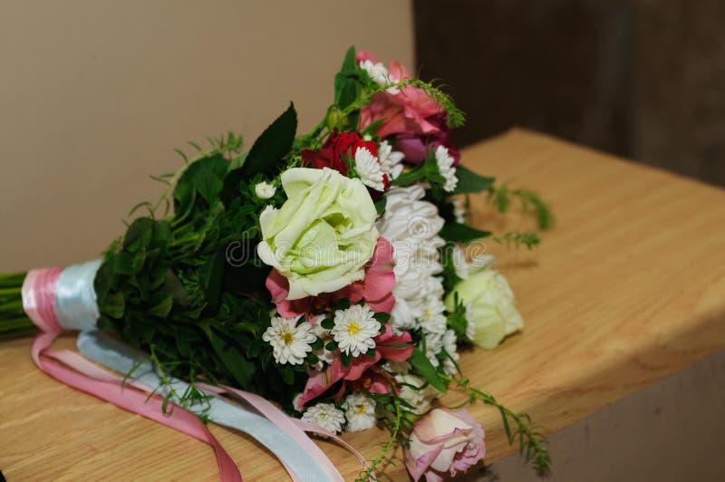 Mooi boeket van verschillende bloemenrozen, viooltjes, orchideeën, anjers, enz. Het boeket van het huwelijk stock fotografie