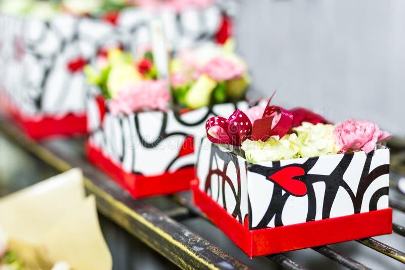 Mooi boeket van verse bloemen in dozen Het concept van de bloemistdienst Het kleinhandels en brutoconcept van de snijbloemopslag  stock afbeelding