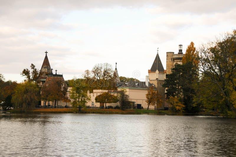 Mooi bos, meer en kasteel bij Laxenburg-paleis, Oostenrijk royalty-vrije stock foto