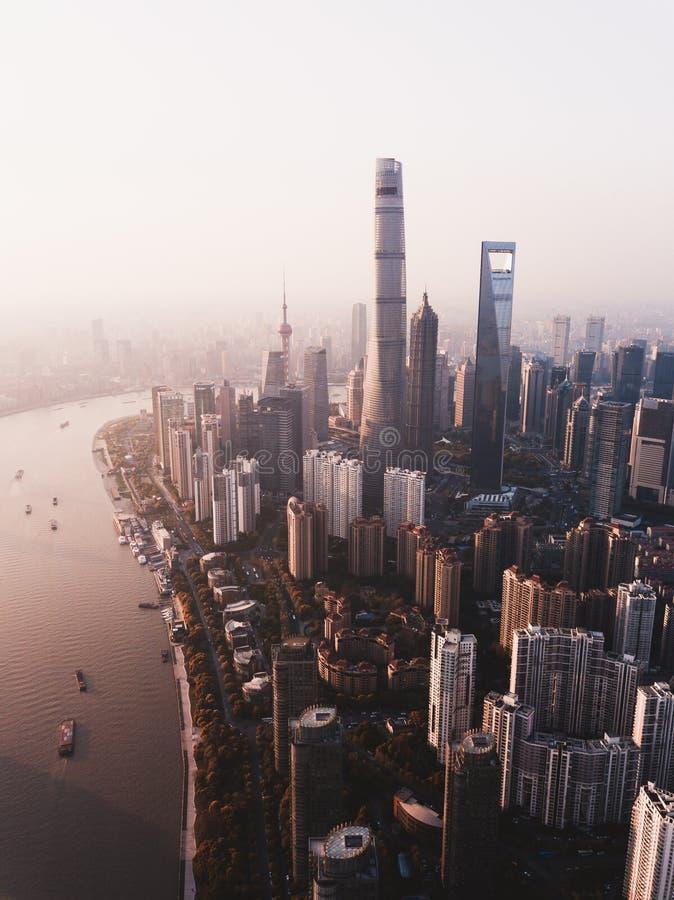 Mooi boven geschoten van de stadshorizon van Shanghai met lange wolkenkrabbers en een rivier aan de kant royalty-vrije stock fotografie