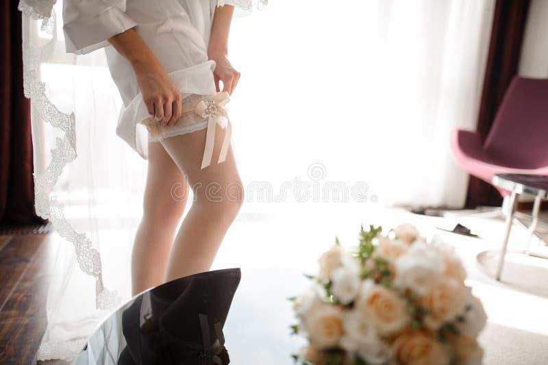 Mooi bruidenbeen in elegante witte kousen stock afbeeldingen