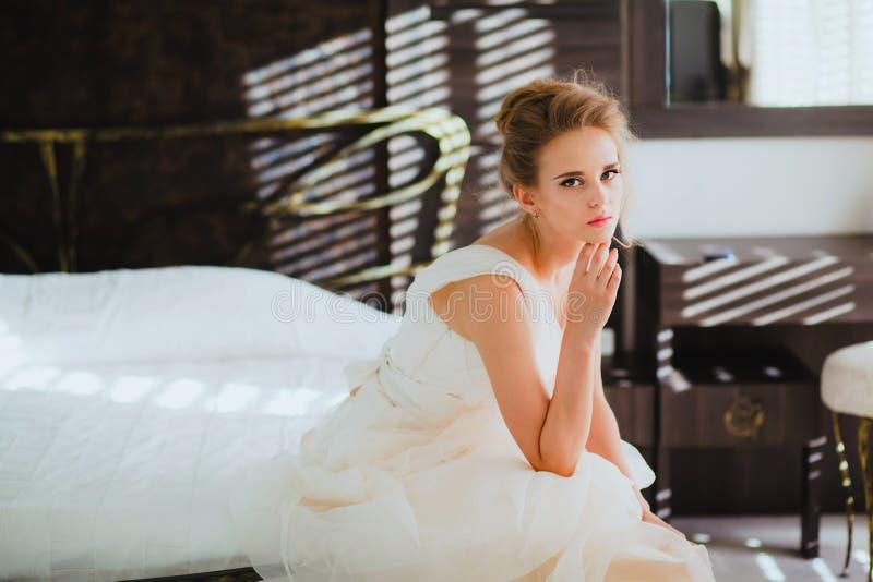 Mooi bruidportret in slaapkamer stock afbeelding