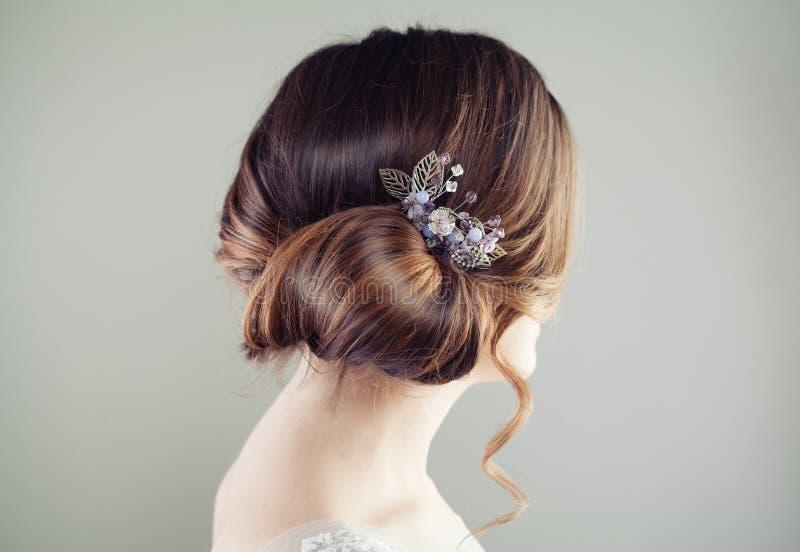 Mooi bruids kapsel Updohaar met hairdeco royalty-vrije stock foto's