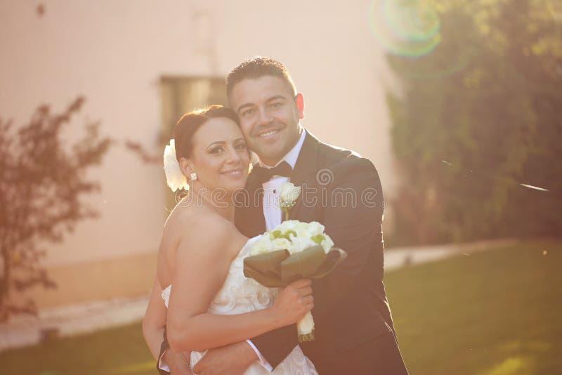 Mooi bruids paar in het zonlicht royalty-vrije stock foto