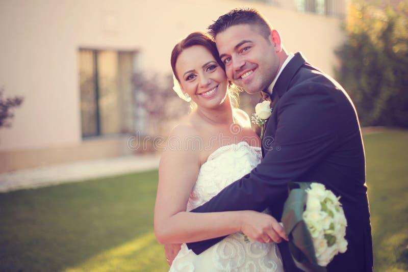 Mooi bruids paar in het zonlicht royalty-vrije stock afbeelding