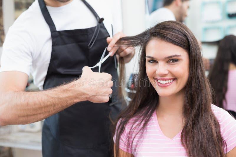 Mooi brunette die haar haarbesnoeiing krijgen royalty-vrije stock foto