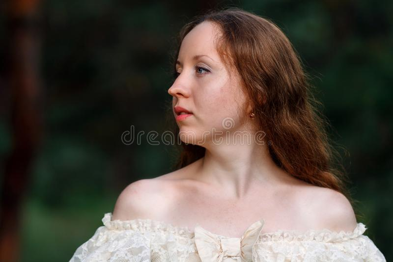 Mooi brunette in een uitstekende kleding Een aardig jong meisje in cl stock fotografie