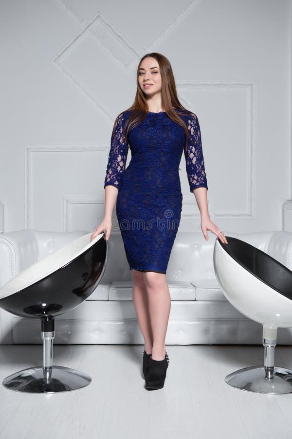 Mooi brunette gekleed in kleding royalty-vrije stock fotografie