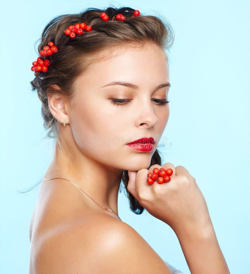 Mooi brunette met ashberries royalty-vrije stock foto