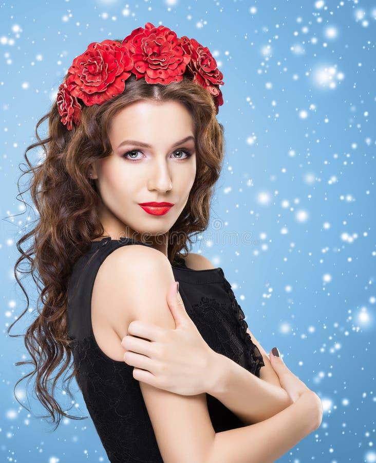 Mooi brunette met heldere rode bloemhoofdband over blauwe winst stock afbeeldingen