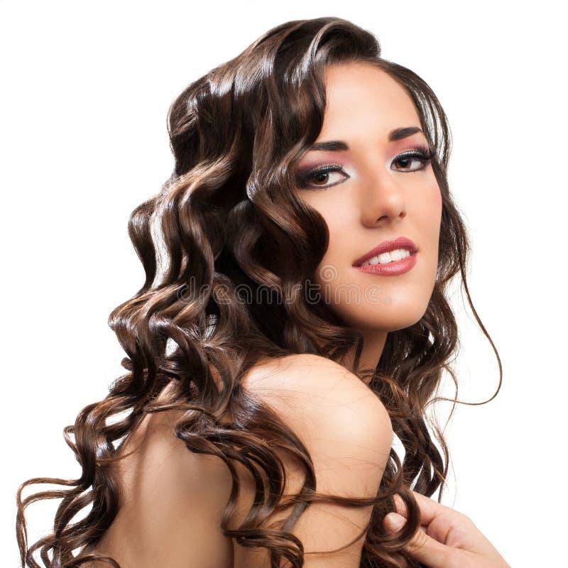 Mooi brunette met krullend kapsel. stock fotografie
