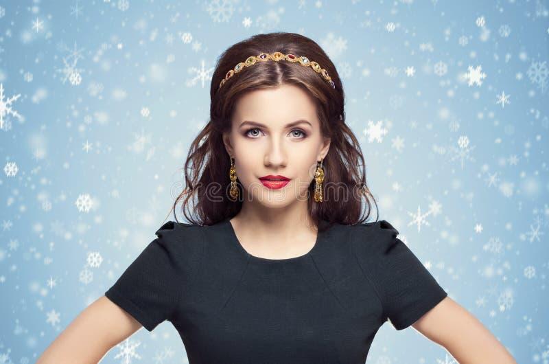 Mooi brunette met luxe gouden halsband over de blauwe winter royalty-vrije stock foto's