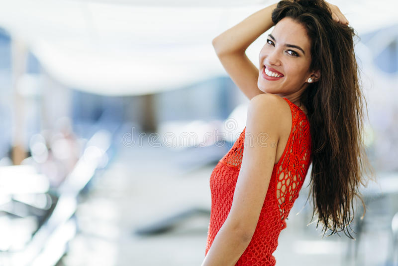 Mooi brunette met perfecte glimlach royalty-vrije stock afbeelding
