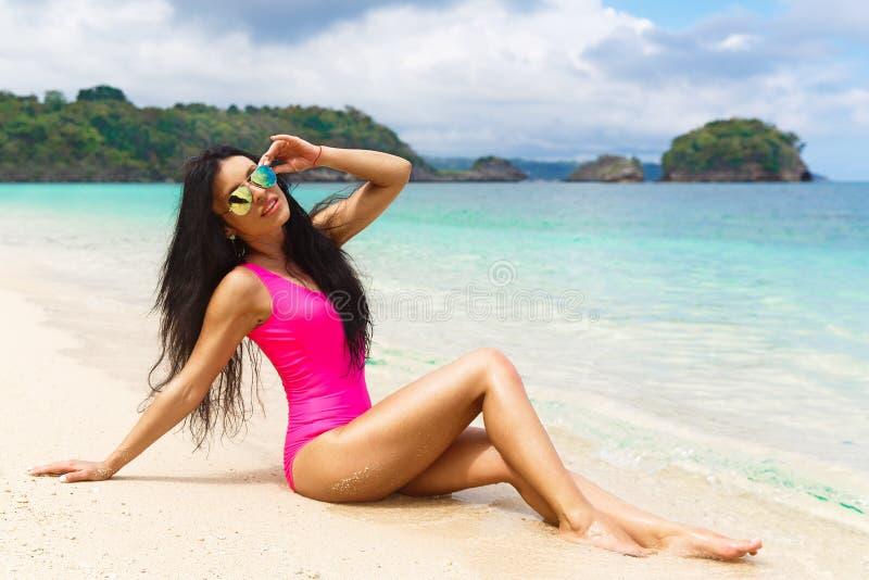 Mooi brunette op de kust van een tropisch strand De zomervaca royalty-vrije stock foto's