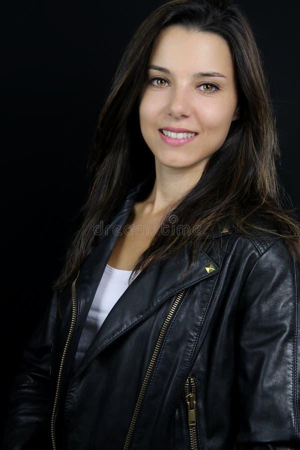 Mooi brunette over een zwarte achtergrond royalty-vrije stock fotografie