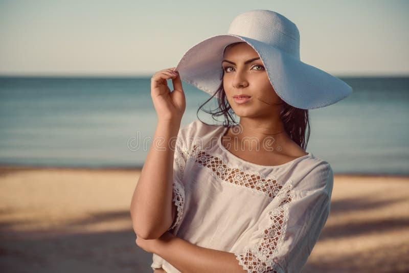 Mooi brunette in witte hoed stock afbeeldingen