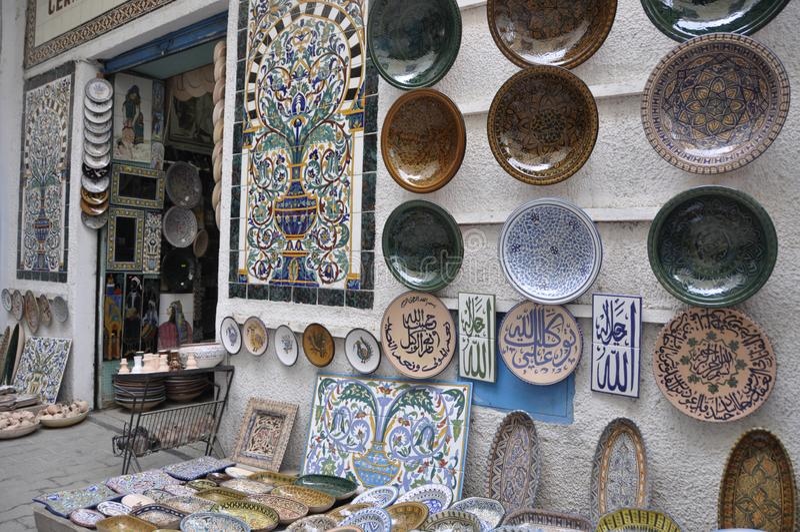 Mooi ceramisch mozaïek in een souk in medina van Tunis stock foto's