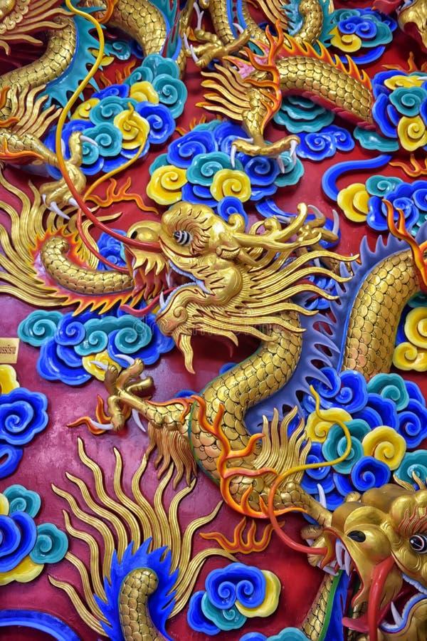 Mooi Chinees drakenbeeldhouwwerk bij de Chinese tempel van Anek Kusala Sala Viharn Sien in Pattaya, royalty-vrije stock fotografie