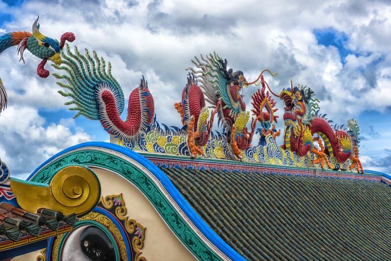 Mooi Chinees drakenbeeldhouwwerk bij de Chinese tempel van Anek Kusala Sala Viharn Sien in Pattaya, stock fotografie