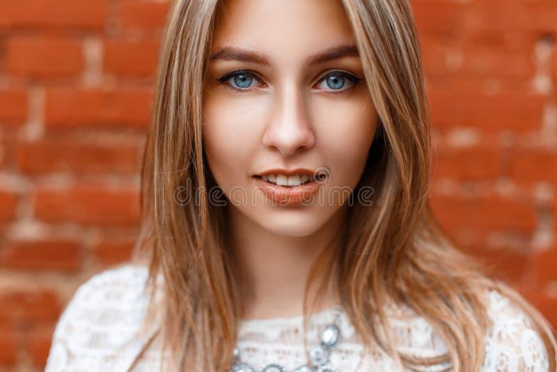 Mooi close-upportret van een mooie vrouw met blauwe ogen stock afbeeldingen