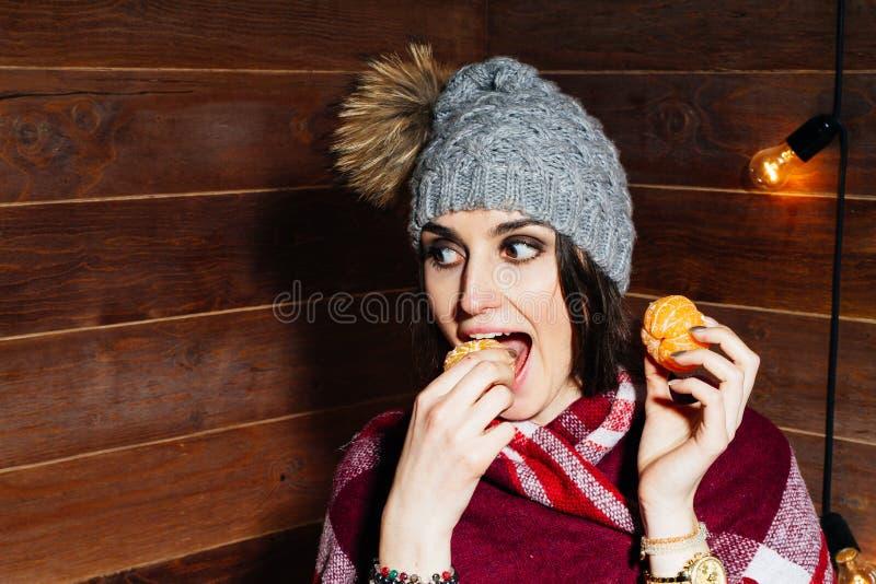 Mooi close-upportret van jonge vrouw met sinaasappelen Gezond voedselconcept Huidzorg en schoonheid Vitaminenmineralen stock fotografie