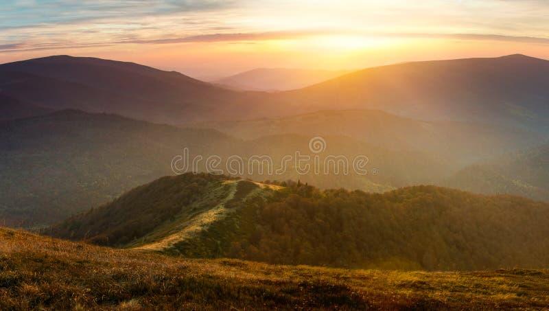 Mooi de herfstlandschap in de bergen bij zonsondergang stock afbeelding