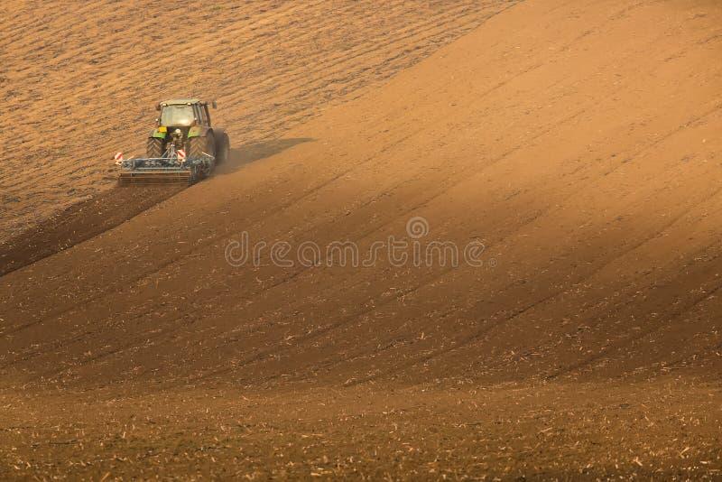 Mooi de herfstlandschap met werkende tractor in Zuid-Moravië, Tsjechische Republiek Landbouw comcept stock afbeelding