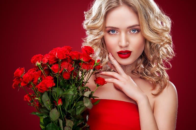 Mooi de holdingsboeket van de blondevrouw van rode rozen Heilige Valentine en Internationale Vrouwen` s Dag, Acht Maart royalty-vrije stock foto