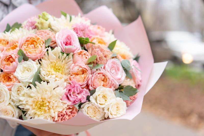 Mooi de lenteboeket in vrouwenhand Regeling met diverse bloemen Het concept een bloemwinkel Een reeks foto's royalty-vrije stock foto
