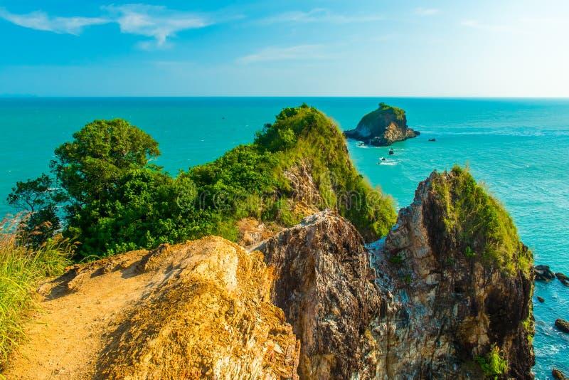 Mooi de meningspunt van de rotskust van Mu Ko Lanta Nationaal park, Koh Lanta, Krabi royalty-vrije stock foto