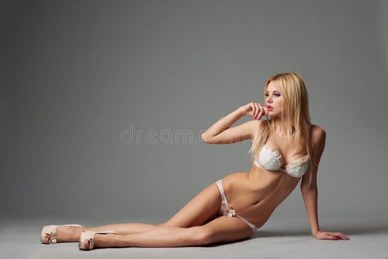 Mooi de studioschot van het blonde sexy meisje royalty-vrije stock afbeelding