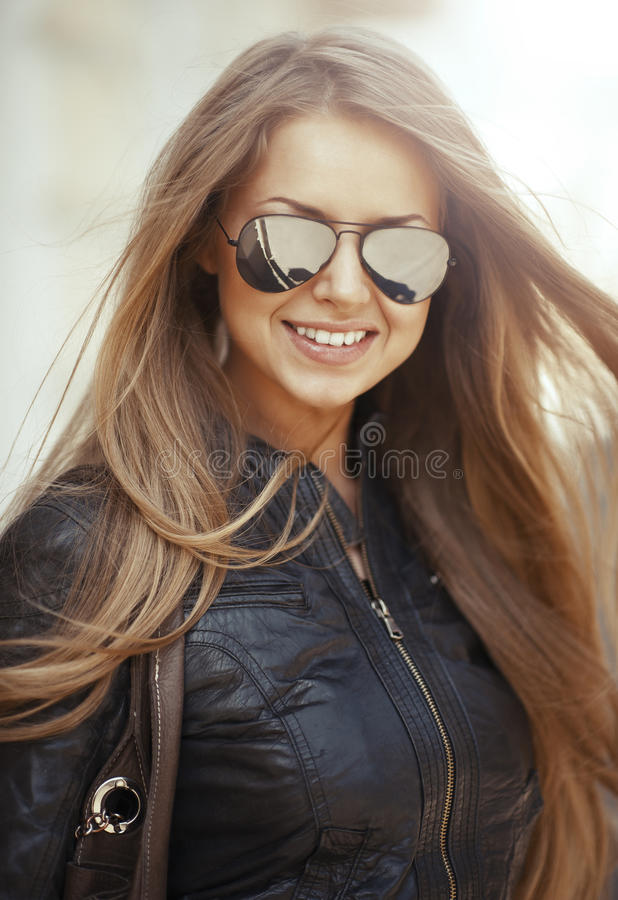 Mooi de vrouwenportret van de close-upmanier met het lange haar dragen stock afbeelding