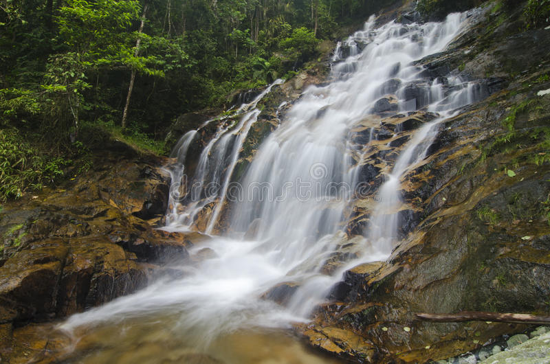 Mooi in de Waterval van aardkanching in Maleisië, verbazende draperende tropische waterval wordt gevestigd die royalty-vrije stock afbeelding