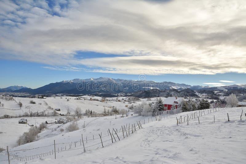 Mooi de winterdorp bij zonsondergang met sneeuw stock foto's