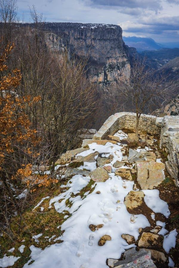 Mooi de winterlandschap in bergen van Zagorohoria, Griekenland royalty-vrije stock fotografie