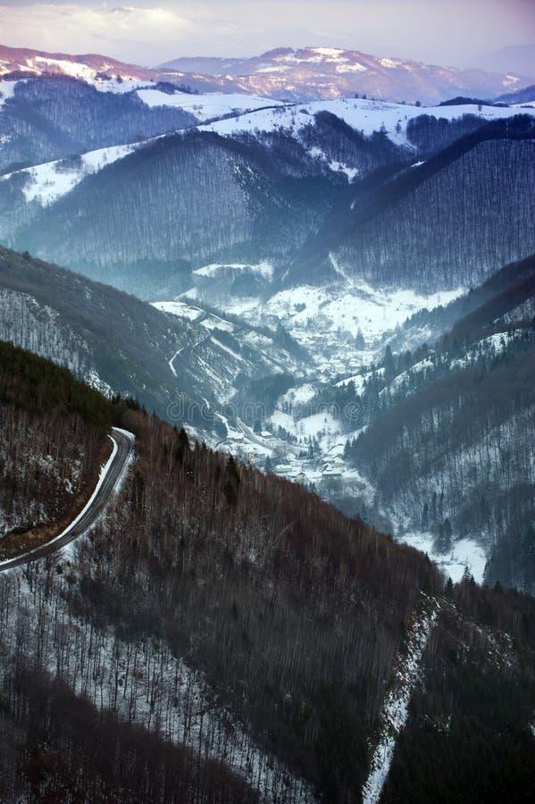 Mooi de winterlandschap met sneeuw behandelde bomen royalty-vrije stock foto's