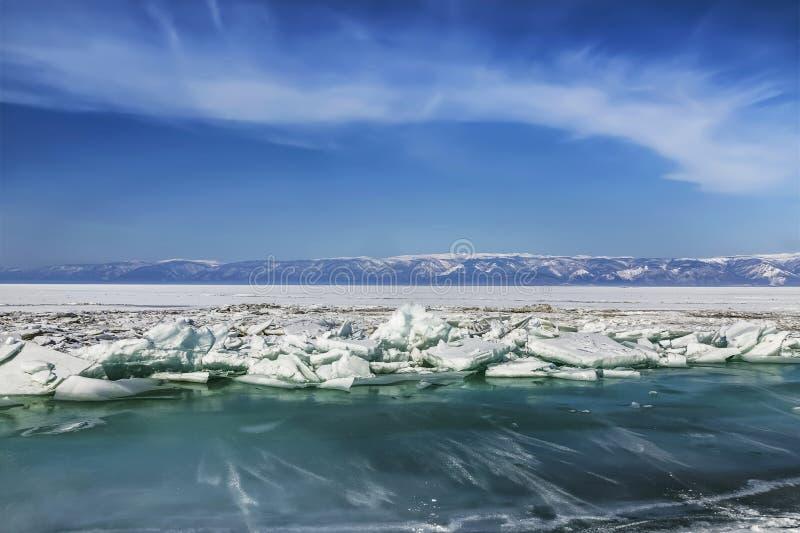Mooi de winterlandschap op meer Baikal Ru?nes van oude kerk aan Rusland, Siberi? stock afbeelding