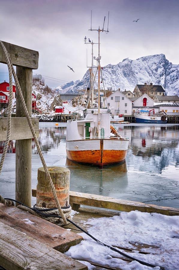 Mooi de winterlandschap van haven met vissersboot en traditionele Noorse rorbus royalty-vrije stock foto's