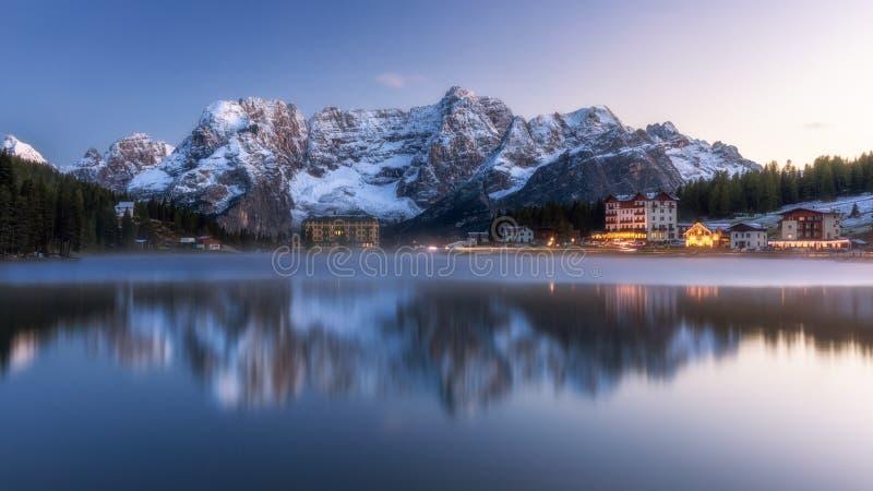 Mooi de winterpanorama met verse poedersneeuw Landschap met stock fotografie