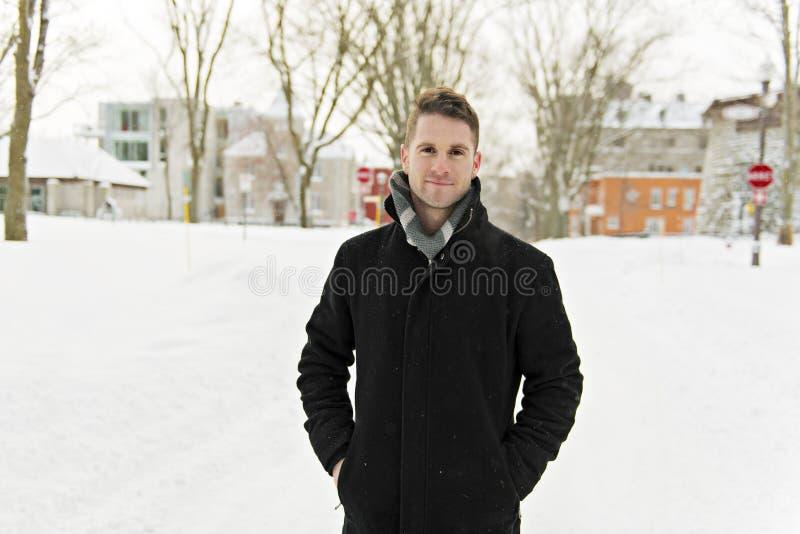 Mooi de winterportret van een knappe mens in een gebreide hoed stock foto's