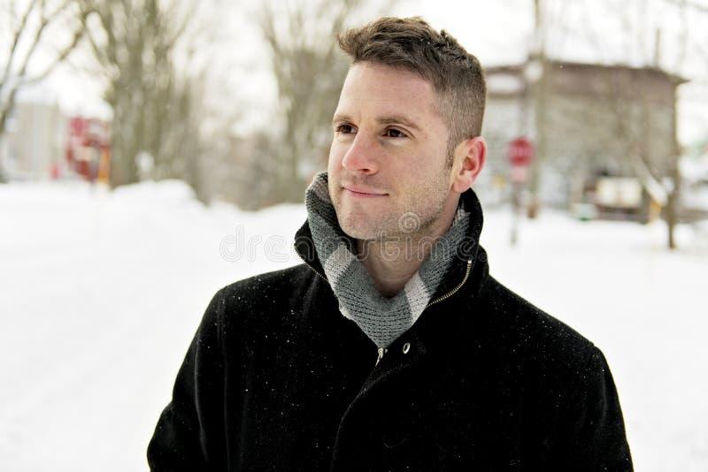 Mooi de winterportret van een knappe mens in een gebreide hoed royalty-vrije stock afbeelding