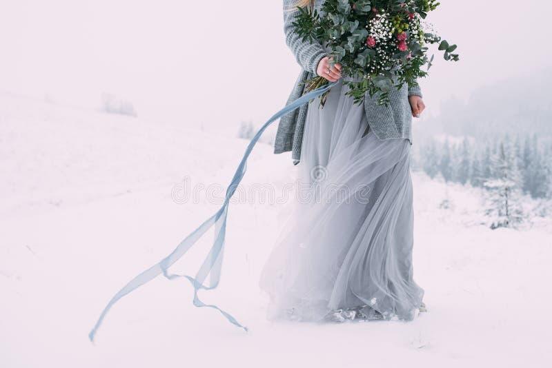 Mooi de winterportret van jonge vrouw in het de winter sneeuwlandschap royalty-vrije stock afbeeldingen