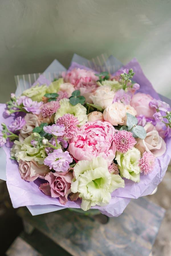 Mooi de zomerboeket Regeling met mengelingsbloemen Bloembos met pioen op houten lijst Het concept een bloem stock fotografie