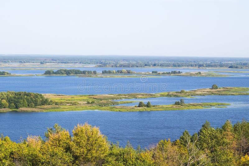 Mooi de zomerlandschap, klein rivierpanorama met bomen royalty-vrije stock fotografie