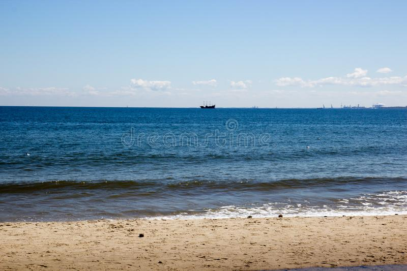 Mooi de zomerzeegezicht met een schip die weg op de achtergrond van blauwe hemel varen stock afbeeldingen