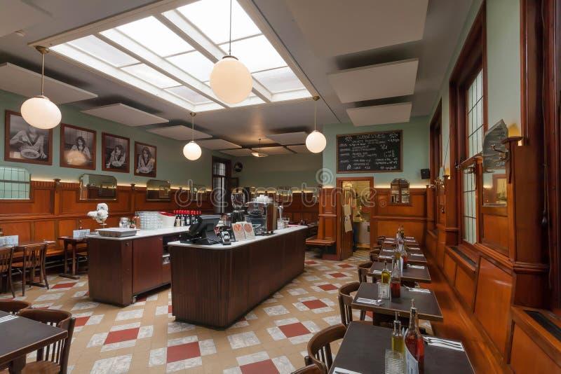 Mooi decoretad uitstekend restaurant met bar tegen, houten lijsten en artistieke elegant bij daglicht royalty-vrije stock afbeelding